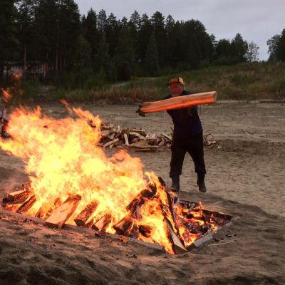 Rosvopaistin tulet palavat Kontiorannassa.
