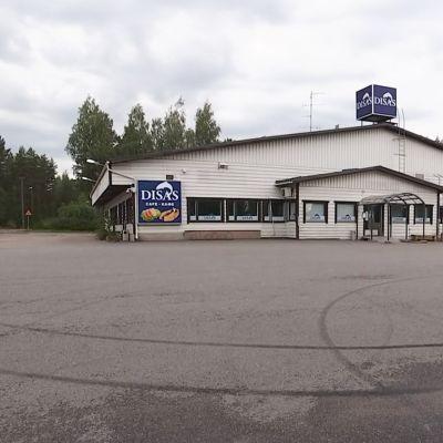 Tyhjä marketin parkkipaikka