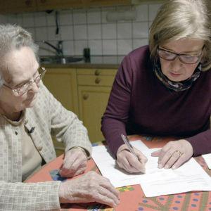 Anna-Kreeta Loukola ansöker för första gången om bidrag från Lotta Svärd Stiftelsen.