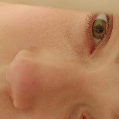 Erikoislähikuva makaavasta naisesta, kasvot vaakatasossa. Kuva unkarilaisesta elokuvasta Kosketuksissa (2017).