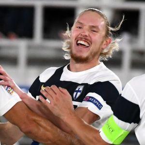 Fredrik Jensen jublar i landslaget.