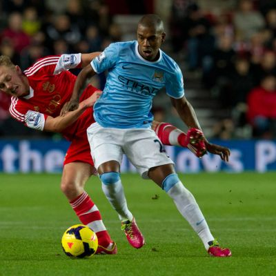 Southamptonin James Ward-Prowse (vas.) ja Manchester Cityn Fernandinho (oik.) kamppailevat pallosta.