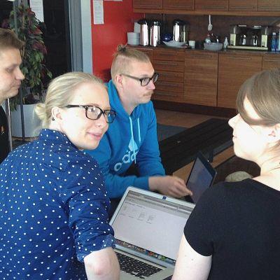 Asmon markkinointiryhmä ideoi heinäkuun alussa Kickstarter-kampanjan loppukiriä Oulun Business Kitchenissä. Asko Saloranta (vas.), Sofia Husso, Janne Rautiainen ja Hanna Tiuraniemi.