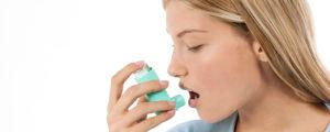 Kvinna med inhalator.