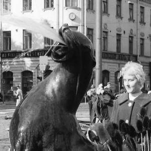 Yksityiskohta Ville Vallgrenin Havis Amandan patsaalta.