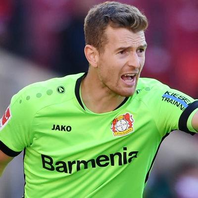Lukas Hradecky dirigerar försvaret i Leverkusen.