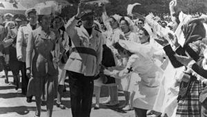 Franco väkijoukon ihailemana