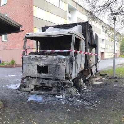 Palanut kuorma-auto jätekatoksen vieressä Porissa.