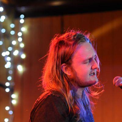Pekko Käppi esiintymässä Rahvaan musiikin kerholla joulukuussa 2009