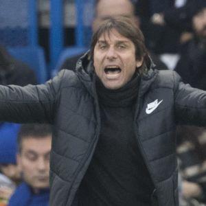 Antonio Conte gestikulerar.