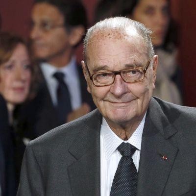 Puolikuva hymyilevästä Chiracista.