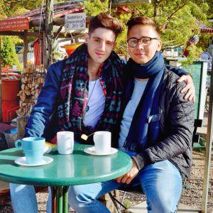 José och Sami dricker kaffe utomhus vid ett kafé.