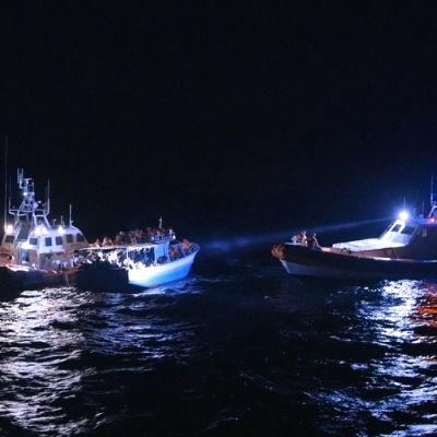 Italienska kustbevakningen upptäcker en flyktingbåt utanför Lampedusa