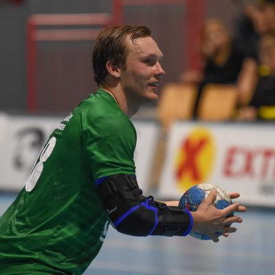 Miro Koljonen lägger en straff för norska klubblag Fjellhammer IL.
