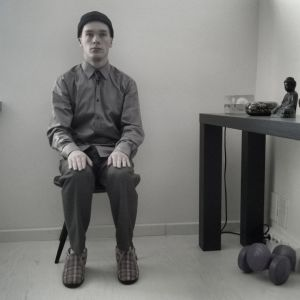 Robotti istuu tuolilla.