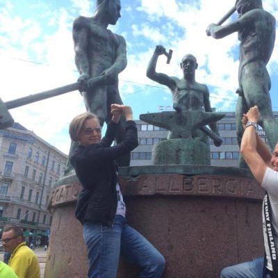 Miss Gay Finland Helmi-Maaria Jokinen ja Mr. Gay Finland Marko Fali Kolmen sepän patsaalla Helsingissä.