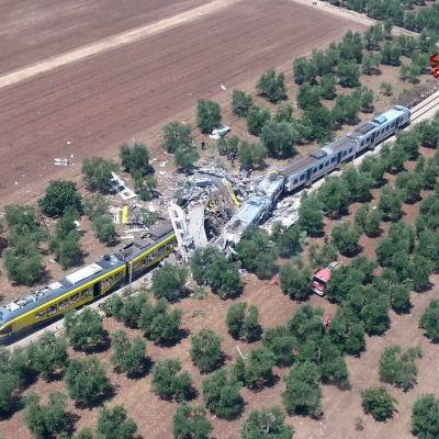 Två tåg frontalkrockade i Italien.