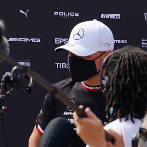 Valtteri Bottas intervjuas av media.