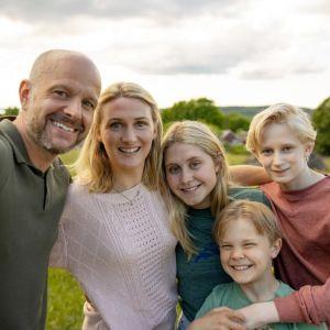 "Fredrik Hallgren, Sissela Benn, Tea Stjärne, Baxter Renman och Elis Gerdt i filmen ""Sune - uppdrag midsommar""."