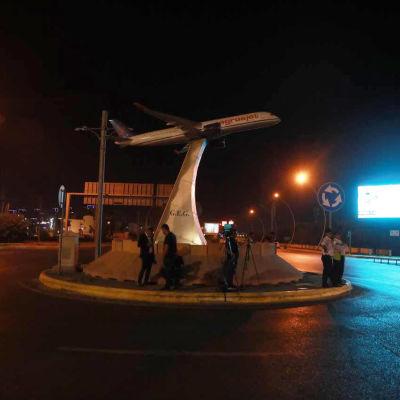 Valaistu lentokone-monumentti Erbilissä.