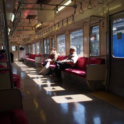 Allmänna kommunikationer som bussar, tåg och pendeltåg har återupprättats på de flesta håll, men det är betydligt färre resenärer jämfört med innan katastroferna.