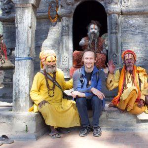 Viisi viisasta miestä Katmandussa. Nikula on reissannut ympäri maailmaa puolisonsa Mervi Haaviston kanssa. Rakkaimmat paikat ja maut löytyvät Aasiasta.