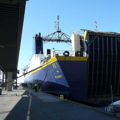 RG 1 förtöjs vid kaj i Vasa hamn