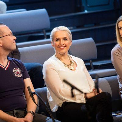 Vesa Linja-aho ja Tatjana Pajamäki katsovat keskellä istuvaa Anna Perhoa