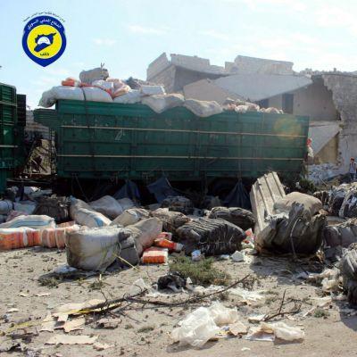Pommien tuhoama Punaisen Ristin avustusrekka Urum al-Kubrassa, Aleppossa 20. syyskuuta.