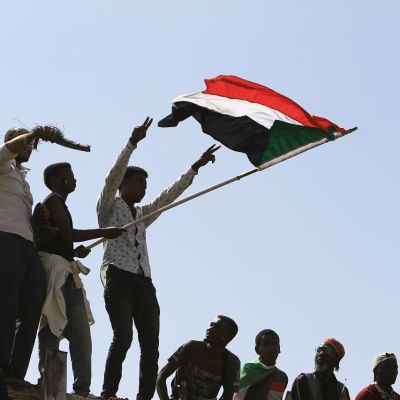 Mielenosoittajia ja Sudanin lippuja