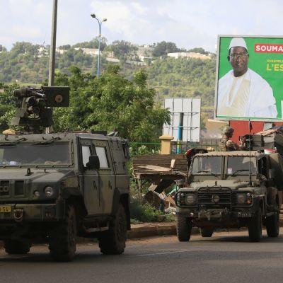 Rauhanturvaajat ohittavat vaalijulisteen