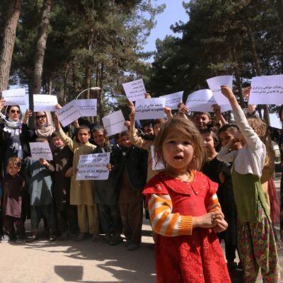 Afghanska kvinnor och flickor demonstrerade för sina rättigheter under veckoslutet i en park i Kabul.