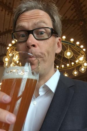 Kaj Arnö för ett ölstop till munnen.