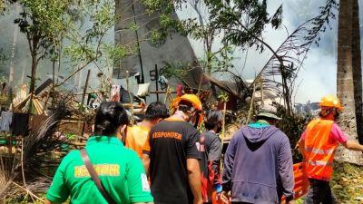 Människor samlade runt ett kraschat flygplan i Filippinerna 4.7.2021.