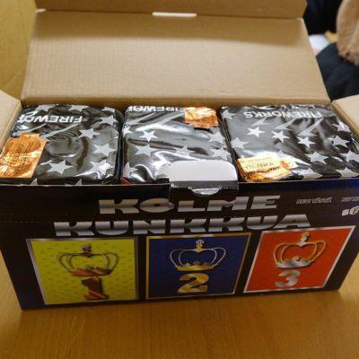 Fyrverkeritårtan Kolme Kunkkua i en pappförpackning.
