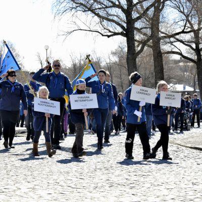 Partiolaiset viettämässä paraatipäivää Hämeenlinnassa vuonna 2013.