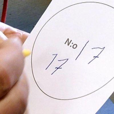 Ykkösiä ja seisoja äänestyslipussa.