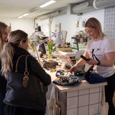 Vallilan Stoori  on uudenlainen kirpputori, sillä sen yhteydessä on iso kahvila ja lounaspaikka sekä käsityöläisille ja kierrätystuotteita tekeville myyntinurkkaus. Lisäksi yrittäjät vuokraavat tiloja kokous- ja juhlakäyttöön.