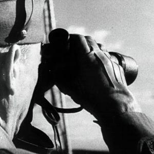 Sotilas katsoo kiiikarilla