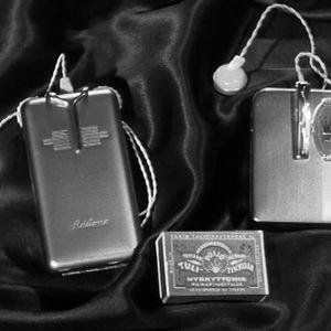 Kuvassa 1950-luvun kuulolaitteita.