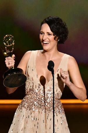 Phoebe Waller-Bridge jublar med emmystatyetten hon fått för bästa kvinnliga huvudroll i komediserie.