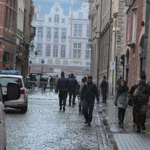 Beväpnade poliser övervakar gatorna i Bryssel.