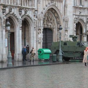 Bryssels folktomma gator övervakas av beväpnade poliser.