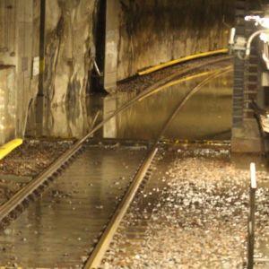 Vatten har också runnit in i en del byggnader och in i metrotunneln i Sörnäs.