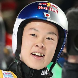 Ryoyu Kobayashi firar efter segern i Oberstdorf.