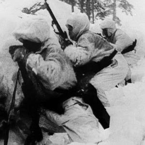 Lumipukuisia miehiä talvisodassa