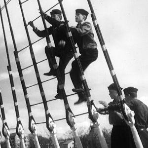 Merimiehet kiipeävät mastoon.