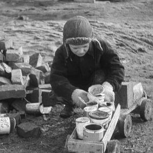 Avustusautot tulivat myös lasten leikkeihin.