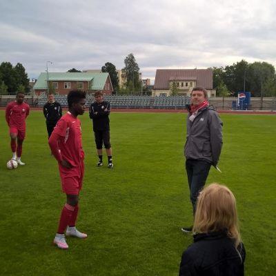 Serge Atakayi tar emot Jaro-supportrarnas gåva av Erik Forss.