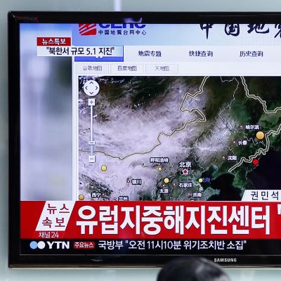 Eteläkorealaiset katsoivat uutislähetystä, jossa kerrottiin Pohjois-Korean vetypommikokeesta keskiviikkona 6. tammikuuta.